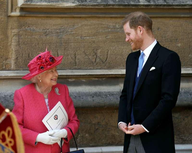 Admiradores reales notaron varias fotos de la familia real en la oficina de la Reina en Buckingham