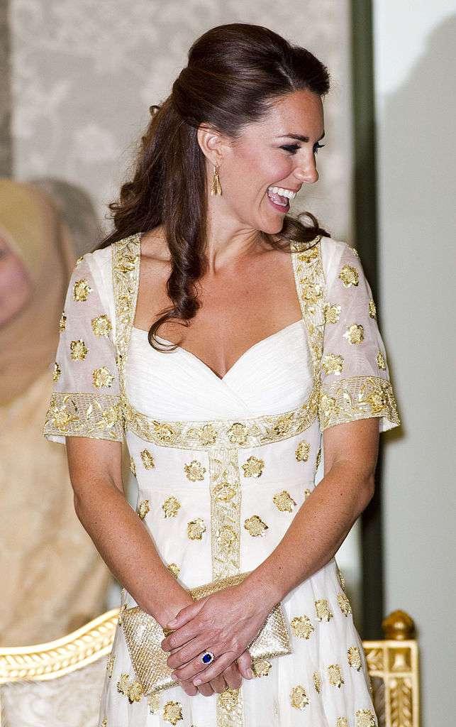 Кейт Миддлтон ақ көйлек пен алтынның төменгі бөлігіндегі көздер үшін абсолютті рахат болды