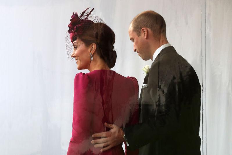 Rispetto del protocollo o scelta? William e Kate criticati per non comportarsi come Harry e Meghan