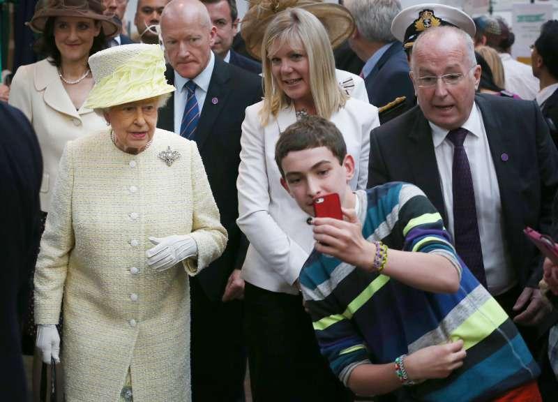 queen elizabeth selfie