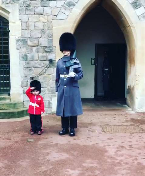 The 4-Year-Old 'Soldier' Warms The Hearts Of The Queen's Guard And He Breaks The Rules To Take A Picture With Devoted FanThe 4-Year-Old 'Soldier' Warms The Hearts Of The Queen's Guard And He Breaks The Rules To Take A Picture With Devoted Fan