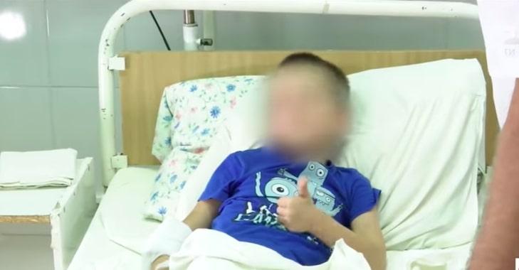 Bimbo di 6 anni rinchiuso e dimenticato in classe dalla maestra cade dal terzo piano