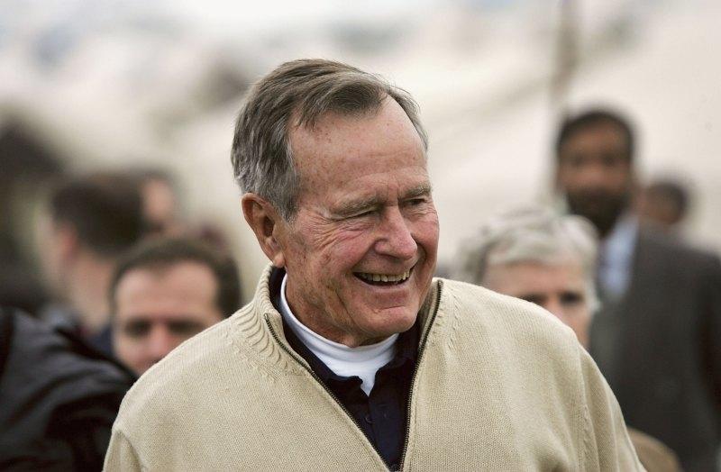 Er hat es wieder getan: George W. Bush gab Michelle Obama auf der Beerdigung seines Vaters ein Bonbon. Ihre Reaktion war unbezahlbar