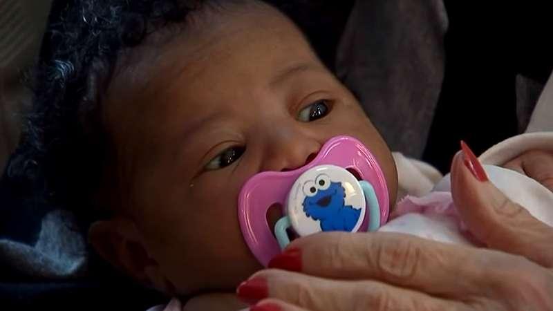 Авиакомпания отказала в посадке на самолет молодому папе с новорожденной. На выручку незнакомцу пришла пожилая женщина