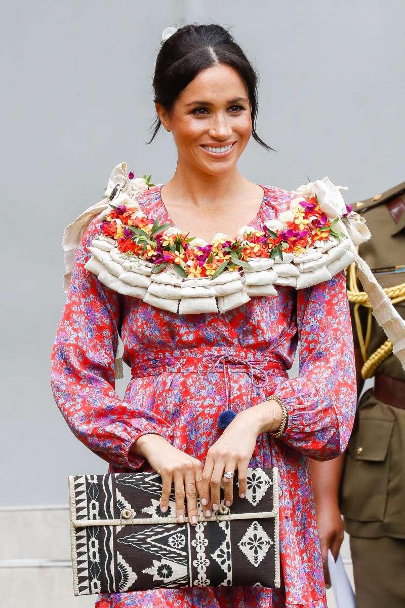 Meghan Markle fait un choix de style surprenant avec cette robe rose clair à volants et pomponsmeghan markle and prince harry in fiji