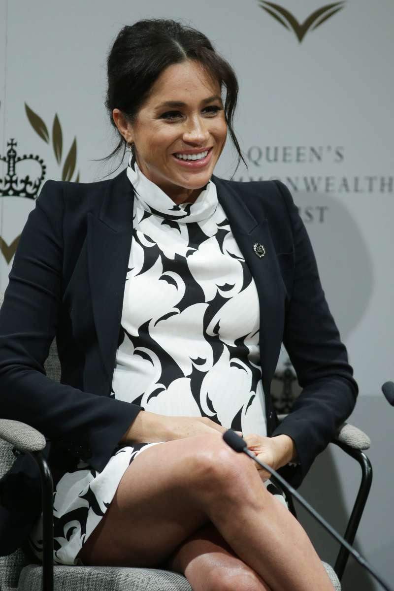 """¿Es dañino para el bebé? Meghan se sentó con las piernas cruzadas en el """"Día Internacional de la Mujer"""""""