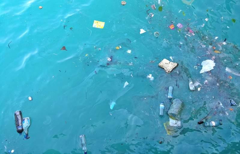 La planète en alerte : 750 millions de particules de plastique flottent dans les eaux des îles espagnoles