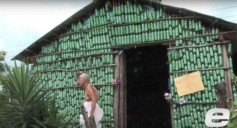 Aus alt mach neu: 87-jährige Frau baut ein Haus aus Plastikflaschen