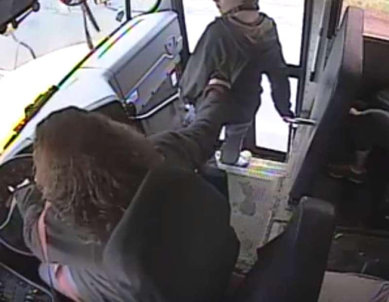 Estuvo a punto de ser atropellado por un auto, pero la reacción de esta conductora de autobús lo salvó