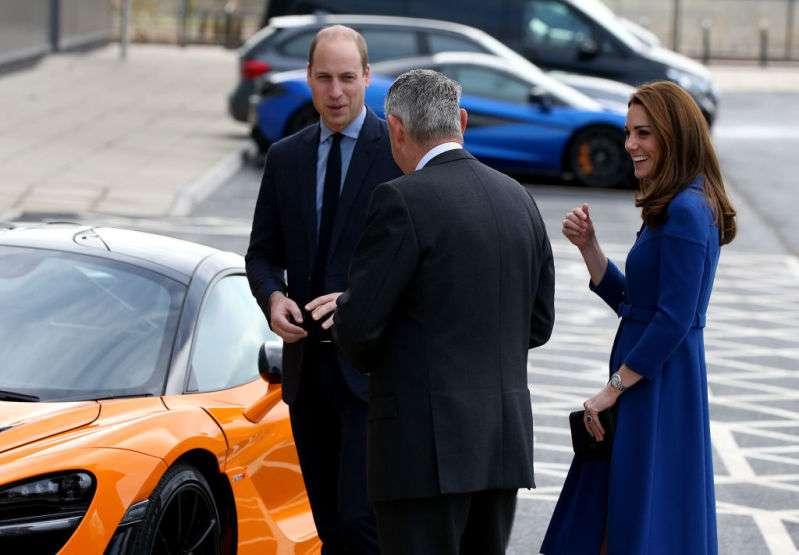 Kate Middleton affiche ses jambes fines dans une superbe robe-manteau bleu roi