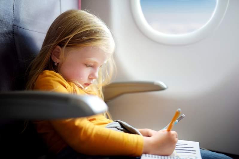 """Le compagnie aeree aiutano i passeggeri ad evitare i bambini in aereo: """"È discriminatorio,"""" per una giornalista indignata"""