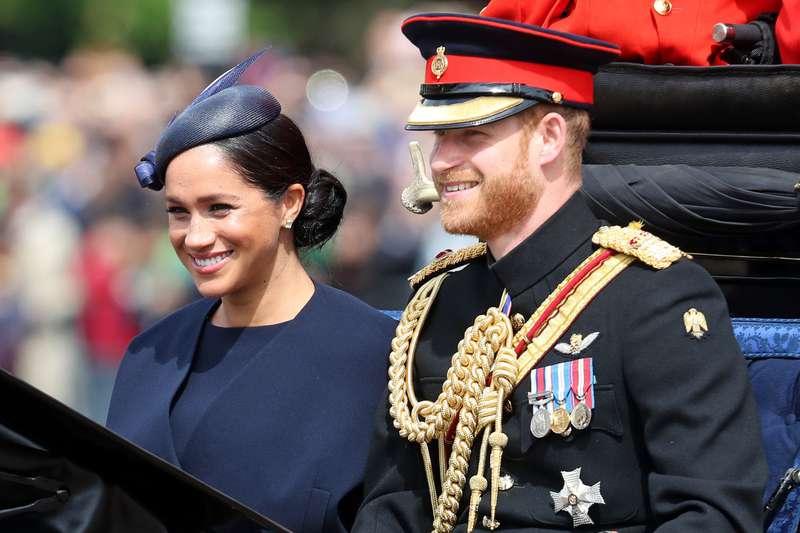 """Ein neuer Ring von Prinz Harry? Meghan Markle wurde bei """"Trooping The Colour"""" 2019 mit einem neuen eleganten Ring mit Pavé-Fassung gesichtet"""