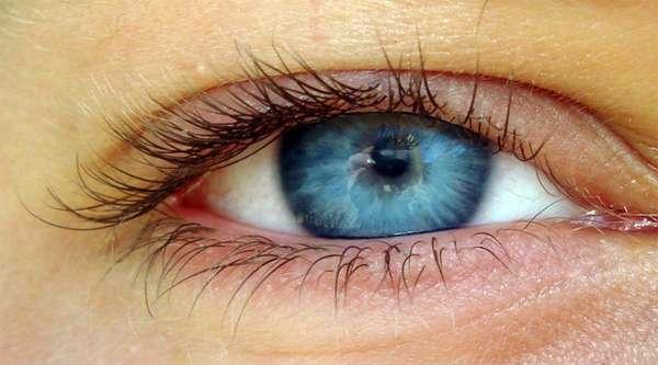 Это уже связано со строением глаза и оптическими свойствами склеры (глазного яблока).