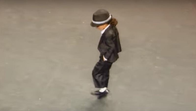 4-летний мальчик заворожил исполнением танца  Майкла Джексона - подражание получилось крутым!