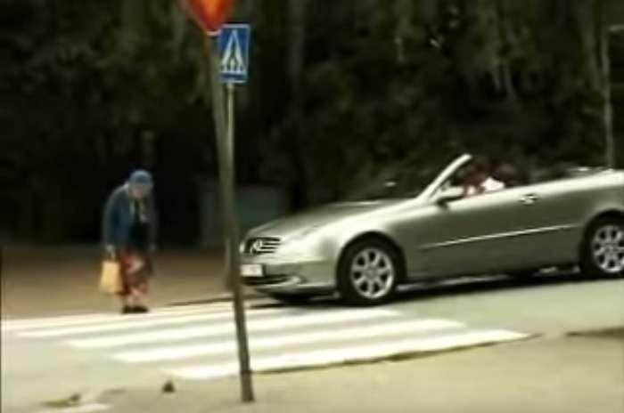 Une vieille dame traverse la route mais un conducteur s'impatiente et klaxonne. Sa réaction est très drôle
