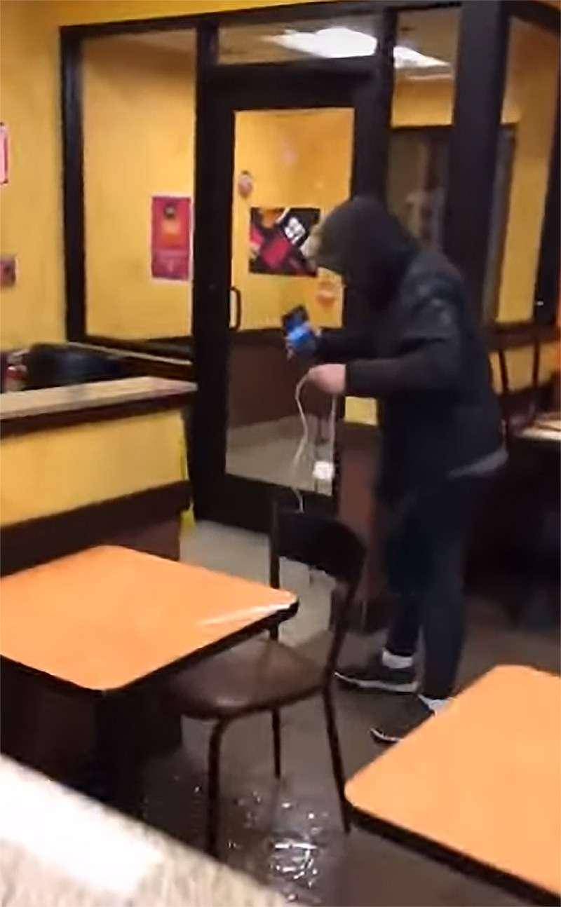 Empleado de Dunkin lanza una jarra de agua fría a un pobre hombre sin hogar que entró al establecimiento