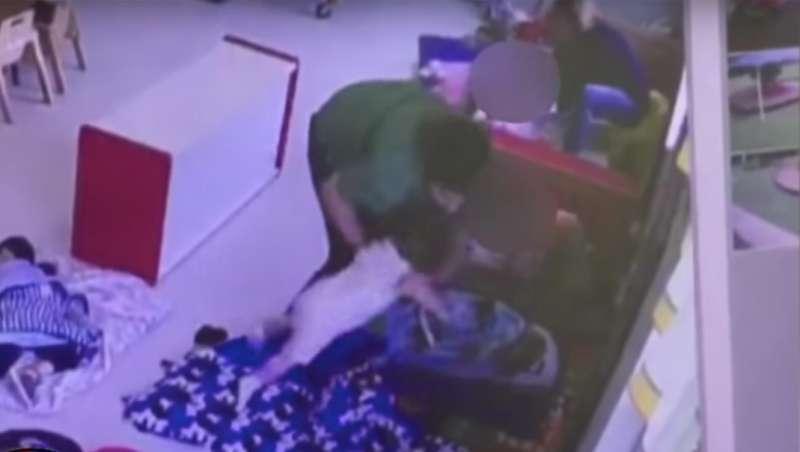 Mutter schaut auf einer Live-Übertragung zu, wie eine Kita-Angestellte ihrem Sohn auf den Kopf schlägt und ihn zum Schlafen zwingt-