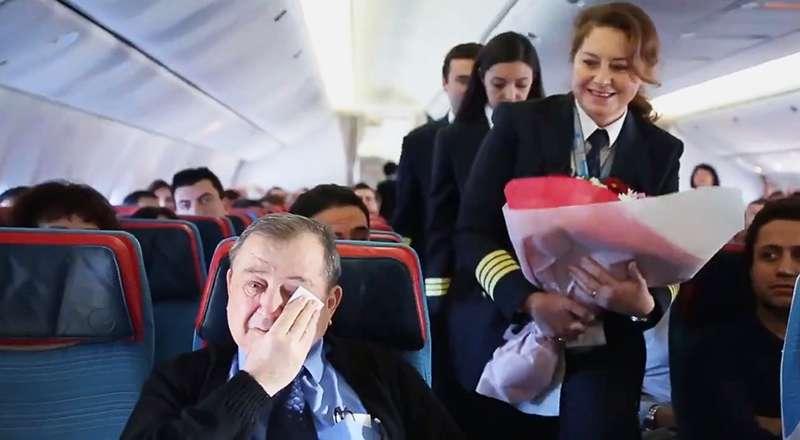 Alors qu'il se trouvait en plein vol, un enseignant a été ému aux larmes par le geste de son ancien élève pilote