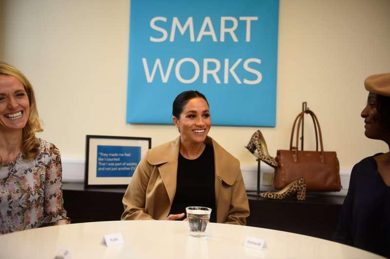 Meghan Markle affiche son ventre très rebondi dans un élégant manteau beige au siège de Smart Works