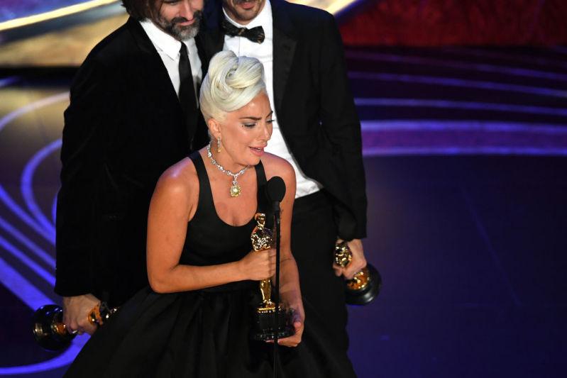 """ليدي غاغا تذوب في البكاء وتحيي برادلي كوبر. فازت بجائزة الأوسكار عن """"الضحلة"""""""