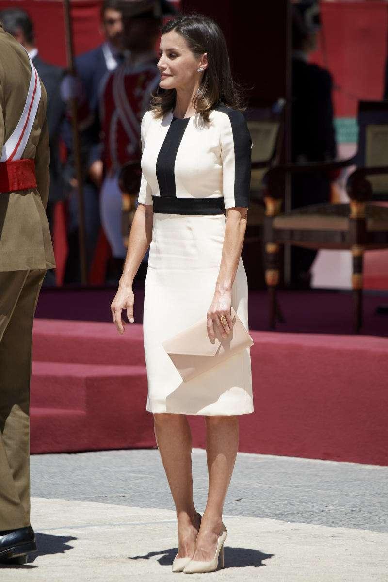¡Las reinas también visten barato! Letizia recicla outfit de hace 4 años que adquirió por 50 euros¡Las reinas también visten barato! Letizia recicla outfit de hace 4 años que adquirió por 50 euros¡Las reinas también visten barato! Letizia recicla outfit de hace 4 años que adquirió por 50 euros