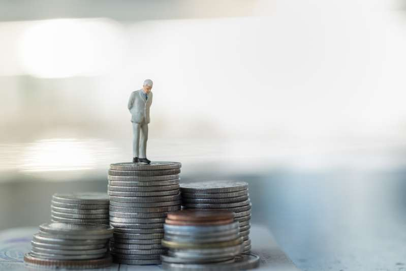Los 4 signos más tacaños del zodiaco: no hay que esperar regalos de ellosBusinessman miniature figure standing and looking on top of stack of coins