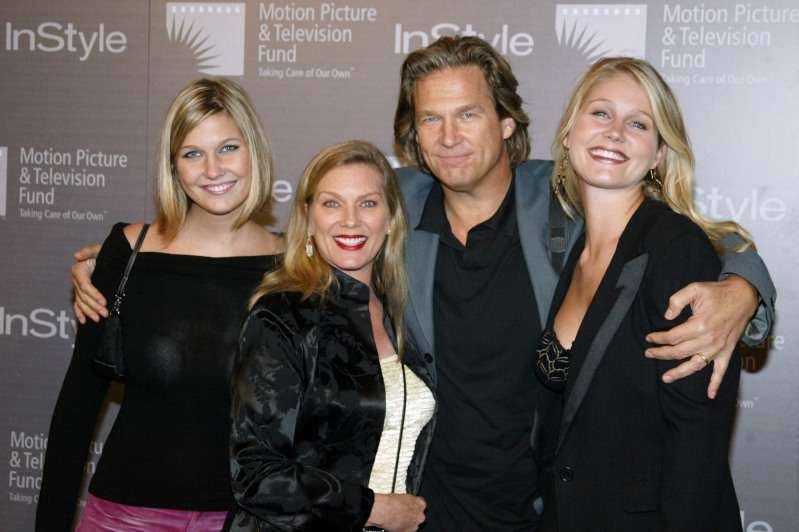 Jeff Bridges nous parle de l'étrange façon dont il a réussi à gagner le cœur de Susan, sa femme depuis 41 ansjeff bridges with his wife and daughters