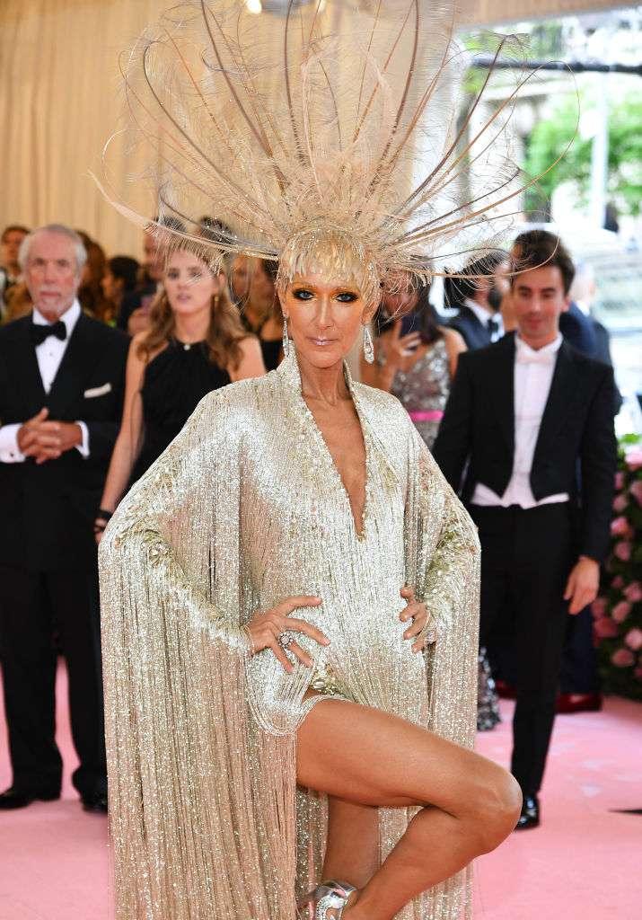 """""""On dirait une sataniste"""" : Céline Dion est très durement critiquée pour sa tenue au gala du Met"""