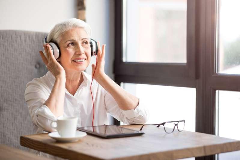 Oma mit Laufhilfe hört ihr Lieblingslied von ACDC und fängt an, urkomische Tanzbewegungen zu machen
