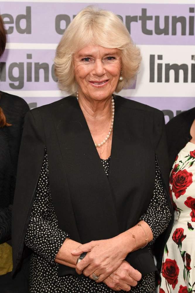 Brillo y elegancia: Camilla deslumbra al público con su impecable estilo durante evento de KPMG