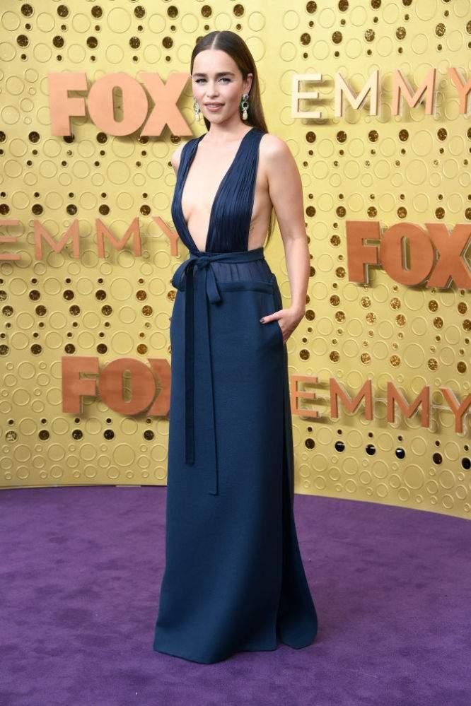 Con un descarado escote inspirado en J.Lo, Emilia Clarke fue la verdadera protagonista de los Emmy 2019