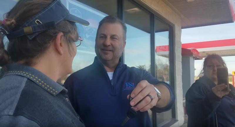 Une employée de McDonald se voit offrir une voiture par un client régulier en remerciement de sa gentillessecustomer gives McDonald's worker a car
