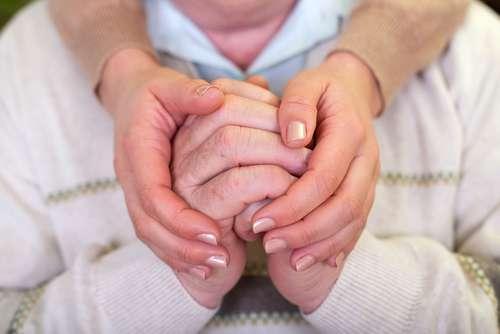 Сильный стресс сокращает продолжительность жизни тех, кто ухаживает за родными с деменцией. Как этого избежать?mother dementia