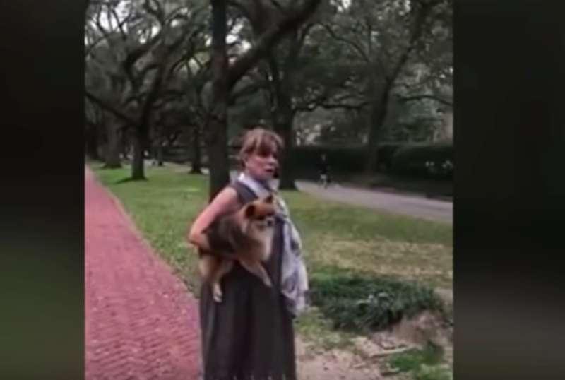 Mujer armó tremendo escándalo porque una pareja le tomaba fotos a su bebé en su vecindario