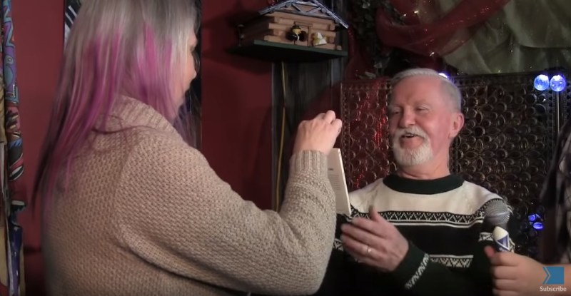 Мужчина 47 лет хранил рождественский подарок от своей школьной подружки и каждый год клал его под елку вместе с презентами для жены и детей