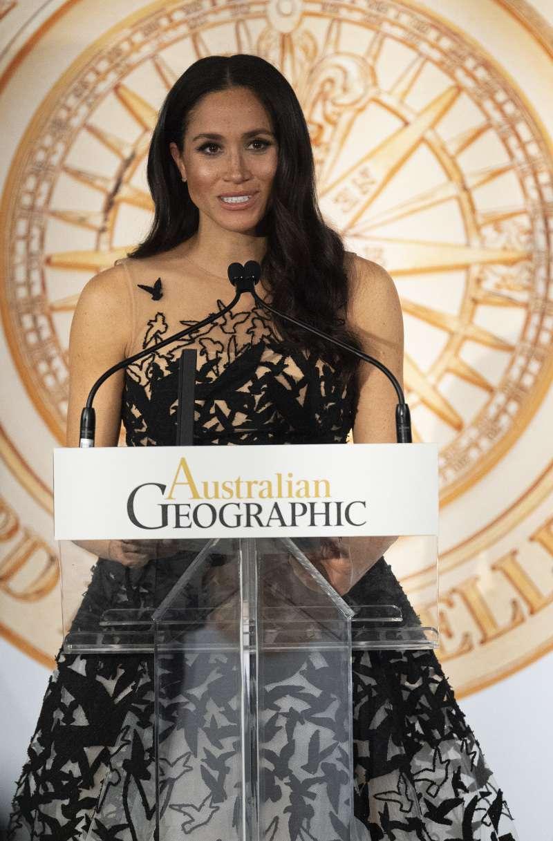 Meghan Markle impacta con un vestido de Oscar de la Renta que medio oculta su pancita abultada