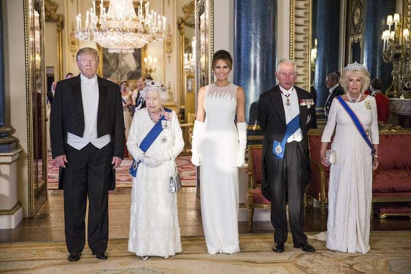 Melania Trump vuelve a brillar en el Reino Unido con vestido de capa rojo Givenchy de 7.000 eurosMelania Trump vuelve a brillar en el Reino Unido con vestido de capa rojo Givenchy de 7.000 eurosMelania Trump vuelve a brillar en el Reino Unido con vestido de capa rojo Givenchy de 7.000 eurosMelania Trump vuelve a brillar en el Reino Unido con vestido de capa rojo Givenchy de 7.000 eurosMelania Trump vuelve a brillar en el Reino Unido con vestido de capa rojo Givenchy de 7.000 eurosMelania Trump vuelve a brillar en el Reino Unido con vestido de capa rojo Givenchy de 7.000 euros