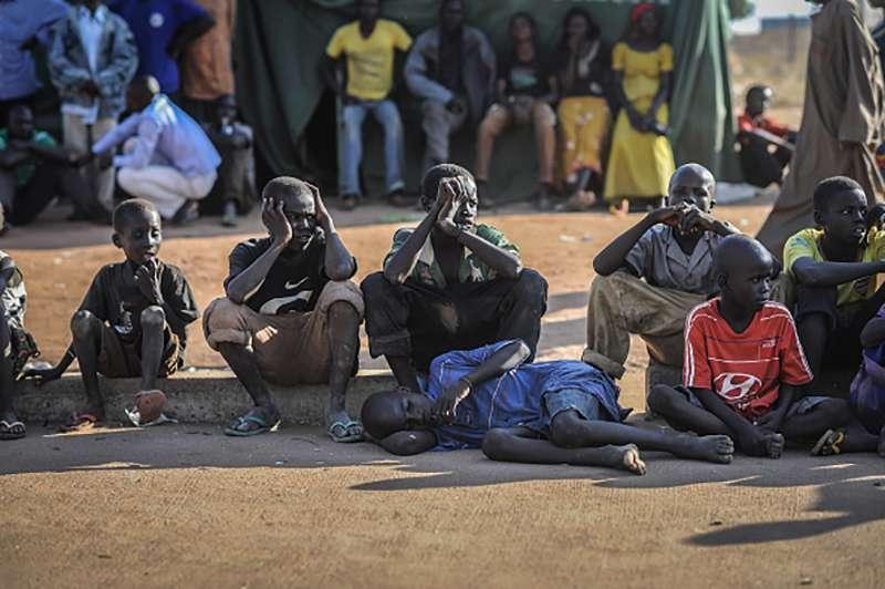 3-stöckige Grundschule brach mit über 100 gefangen Kindern zusammen