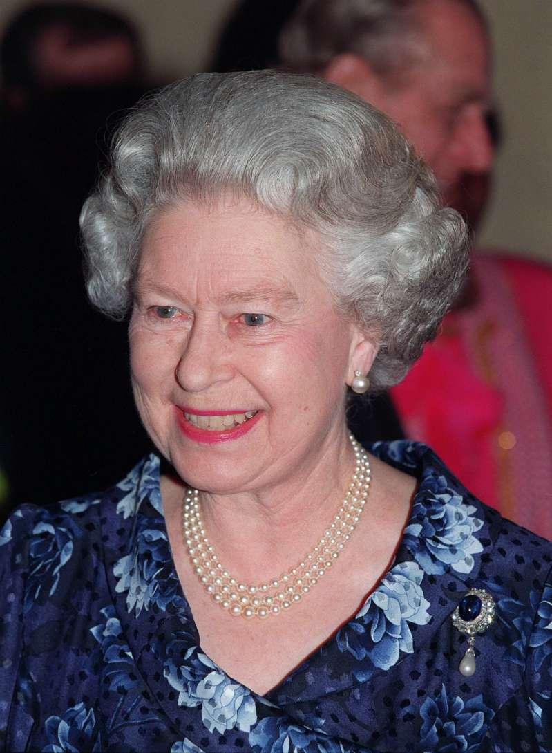 La Reina Isabel II reveló, por accidente, una foto inédita de su bisnieto George