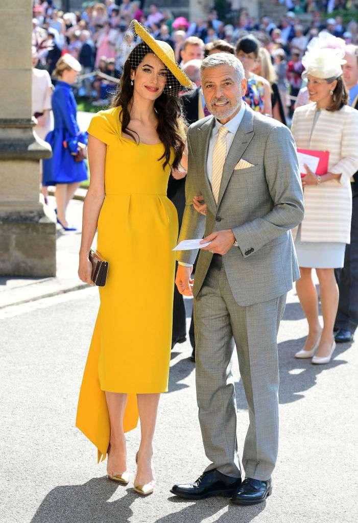 Une vraie icône ! Amal Clooney exhibe ses longues jambes dans une robe spectaculaire lors de la 1ère de Catch-22George and Amal Clooney