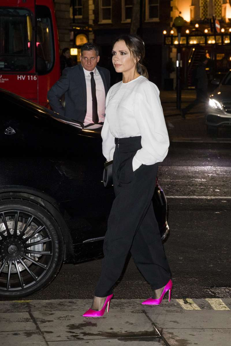 Victoria Beckham Looks So Royally In A Black&White Outfit With Neon Fuchsia Pumps At The Portrait GalaVictoria Beckham Looks So Royally In A Black&White Outfit With Neon Fuchsia Pumps At The Portrait Gala