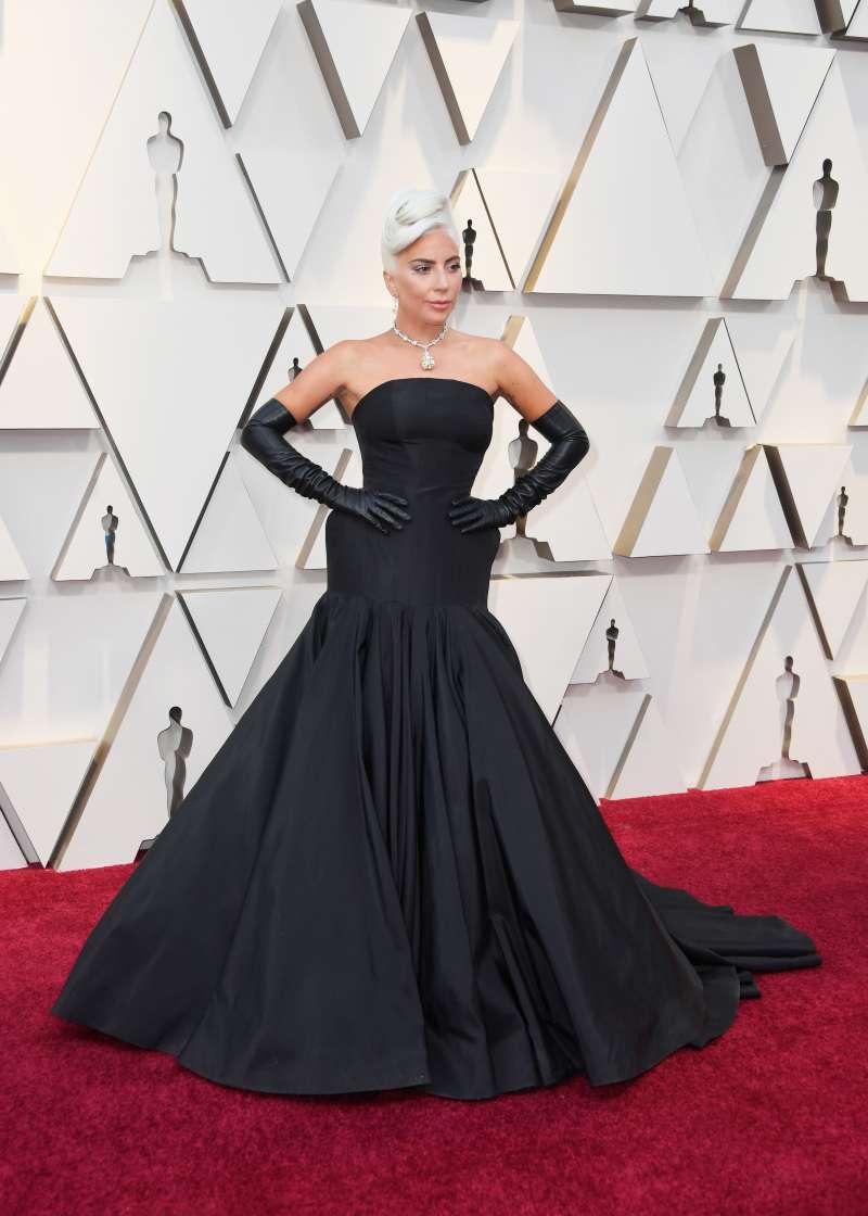 J.Lo causó furor con su fascinante vestido de sirena azul en una fiesta de los premios Óscar 2019lady gaga