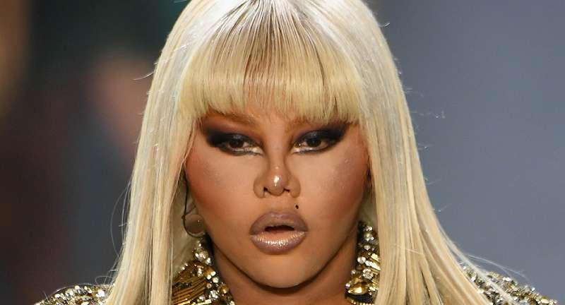 Что случилось с ее внешностью? До пластики эта известная певица выглядела совсем иначе!