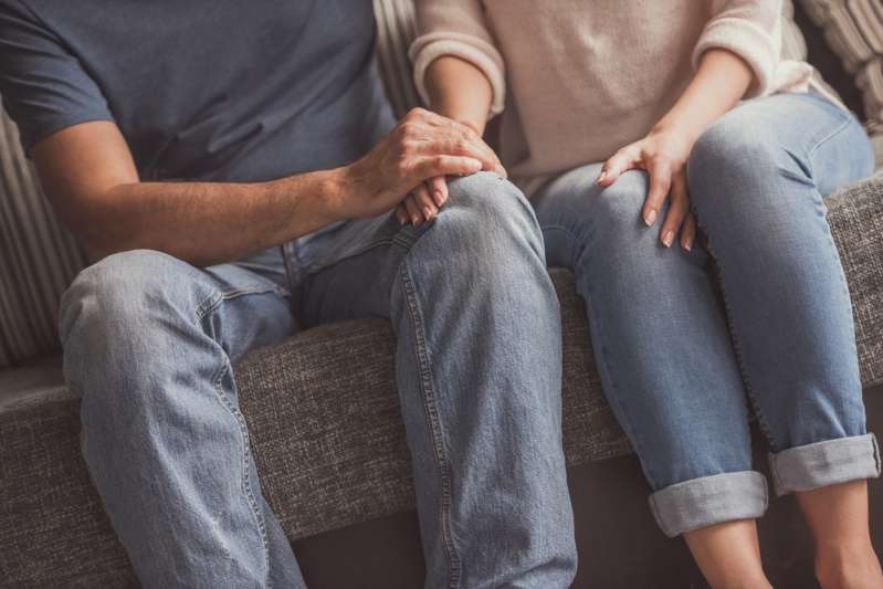 """El niño de mamá"": estos son los hombres más inmaduros según su signo del Zodiaco""El niño de mamá"": estos son los hombres más inmaduros según su signo del ZodiacoCouple holding hands while resting on couch at home"