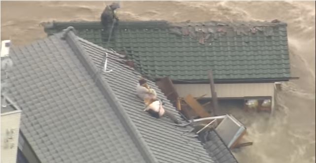 Couple Trapped On a Roof Due To A Dangerous Flood Refused to Be Rescued Unless Their Dogs Were Saved Too