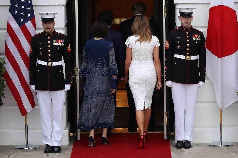 Qu'est ce qui est le plus cool ? Les talons en satin de Meghan Markle ou les talons glossy de Melania Trump ?