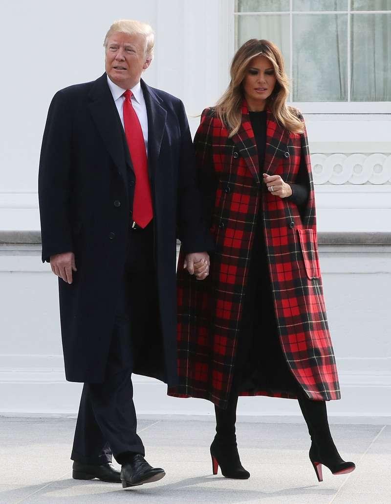 И снова оверсайз! Мелания Трамп вышла в свет в оригинальном пальто с геометрическим принтомИ снова оверсайз! Мелания Трамп вышла в свет в оригинальном пальто с геометрическим принтомИ снова оверсайз! Мелания Трамп вышла в свет в оригинальном пальто с геометрическим принтом