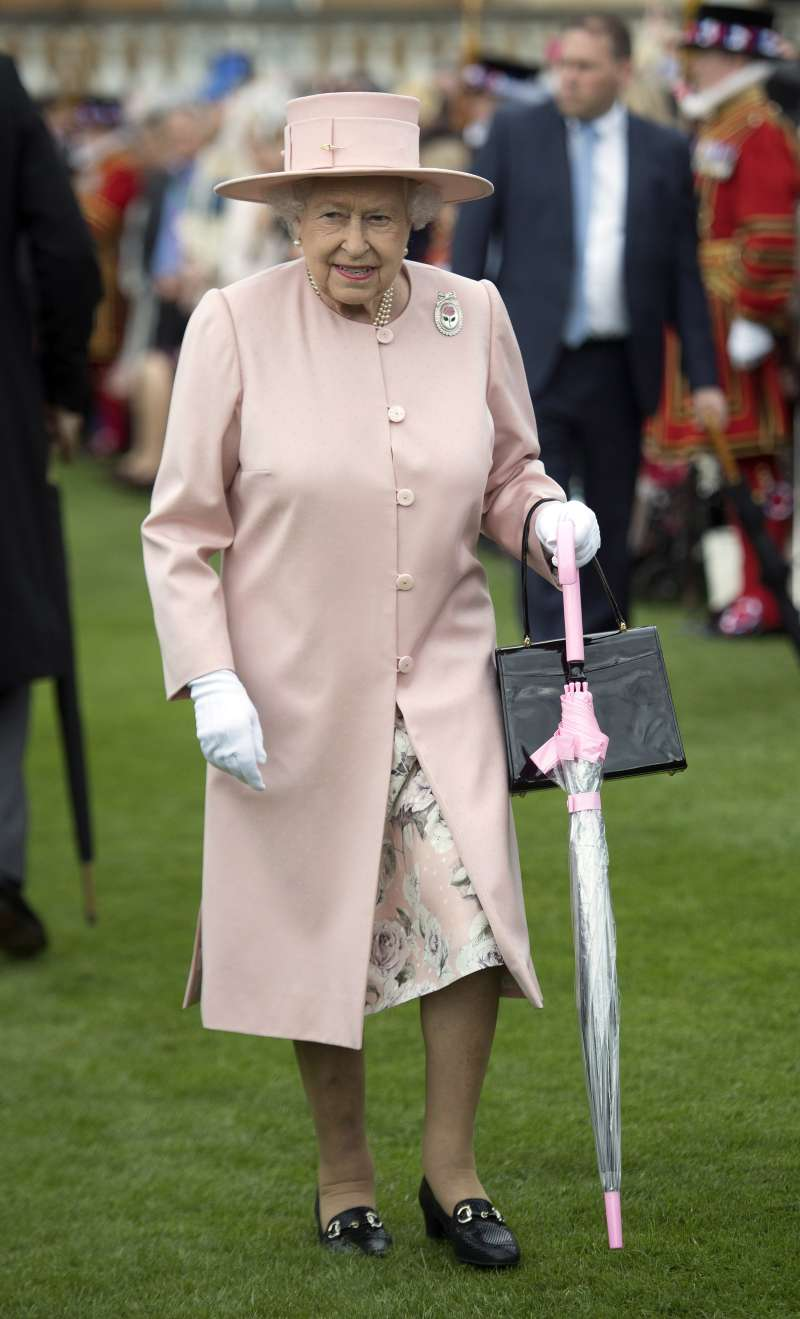 queen elizabeth II with light pink umbrella