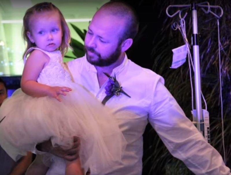Eltern heirateten im Krankenhaus, da ihre Tochter, die ein Blumenmädchen sein wollte, nicht lange genug Leben würde