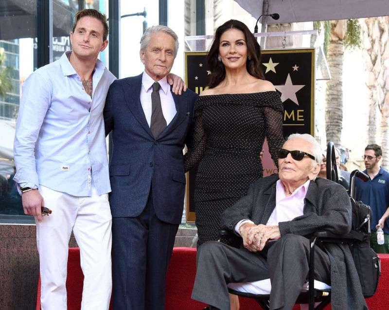 Finalmente! Michael Douglas riceve la sua stella sulla Walk Of Fame di Hollywood e porta con sè tutta la famiglia